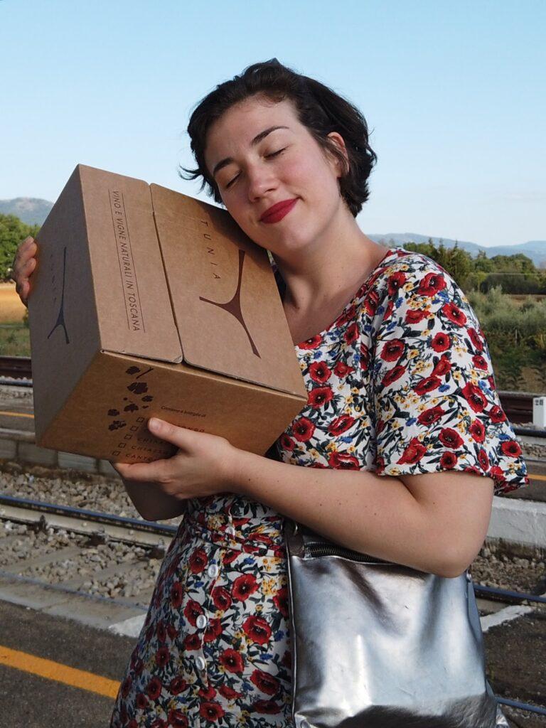 Happy Valerie mit Weinkarton